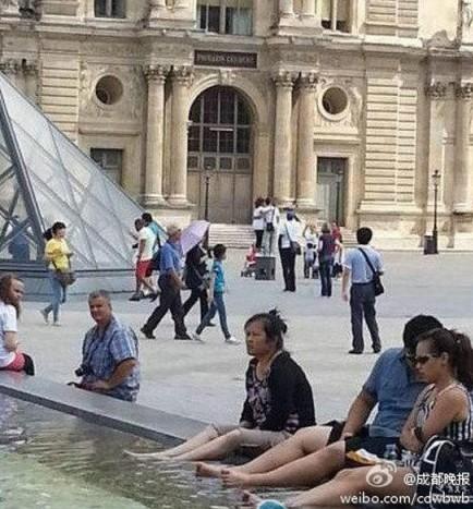 中国游客卢浮宫喷泉池泡脚引争议
