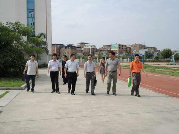 晋江三小:泉州市教育局莅校进行期初工作检查