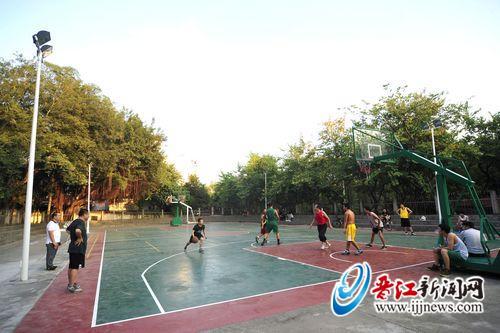 晋江首个市区公园灯光篮球场投用