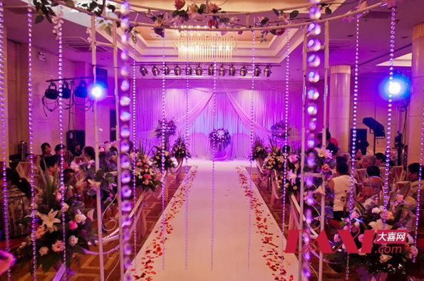 内容提要:每一场婚礼都有属于它的色彩,红的喜庆,白的纯洁,蓝的浪漫,绿的清新,粉的甜蜜,紫的梦幻。每一种色彩营造出不一样的婚礼氛围,专属你自己的幸福婚礼。今天小编就给大家分享一组梦幻的紫色主题婚礼布置,神秘浪漫的紫色,鲜花、灯光、配饰淡淡的紫色带你感受不一样的幸福与浪漫。