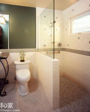 隔断,是与淋浴间玻璃墙结合的设计,不仅让隔断更为稳固、美观,