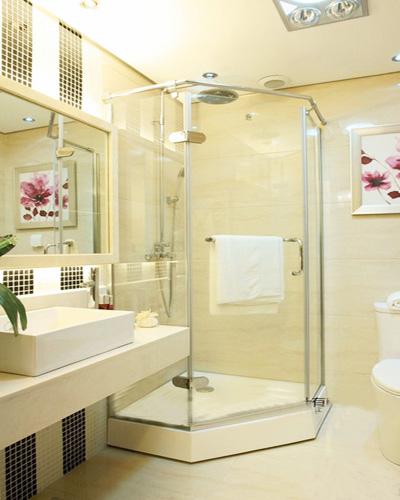 一个卫生间淋浴玻璃隔断和镜子是非常重要的物品,玻璃隔断