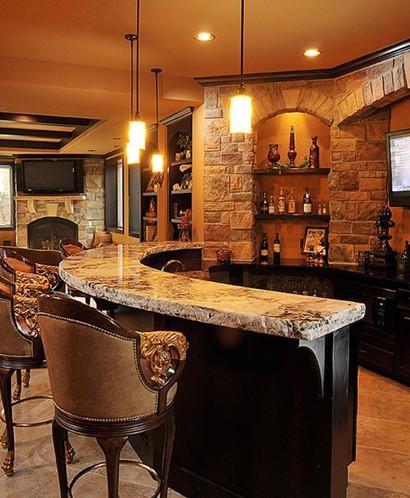 了弧形吧台的隔断方式使得家庭装饰酒柜与吧台形成为一个休闲的小空间