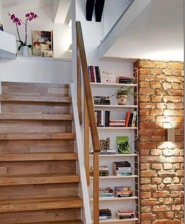 楼梯,楼梯边的空间充分利用起来,可以摆放不少东西