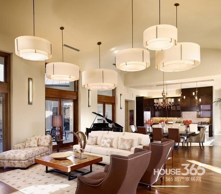 挑空客厅设计:吊灯成了客厅的一道风景线,光吊顶的设计,那么就用