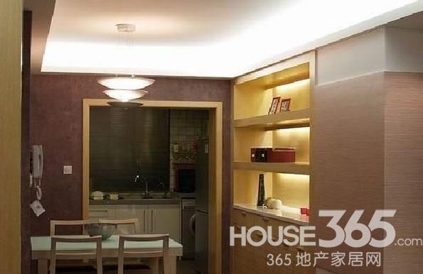冷色系居室空间:餐厅设计,旁边的柜子有射灯装饰,立刻时尚了起来