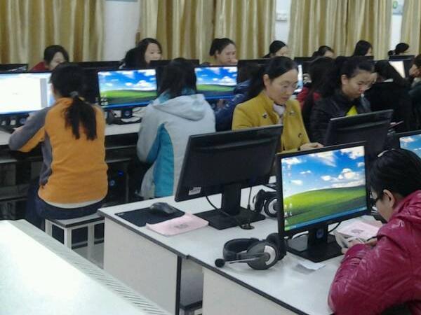 12月20日来自青阳街道教育办辖区内16所幼儿园的25名教师代表,齐聚于青阳街道崇德小学参加幼儿园教师计算机操作比赛。   本次比赛内容包括五大方面,一是Windows操作题;二是Word操作题;三是Excel操作题;四是PPT操作题;五是电子邮件操作题。   此次活动的举行,推动了幼儿园教师对于多媒体课件辅助教学的应用,有利于提高教学质量和效率,促进幼儿园教师专业水平的进一步提高,同时,通过比赛也让教师认识到自身知识、操作技能上的不足,便于今后有针对性地对薄弱内容加强练习。