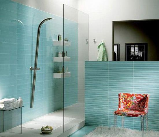 2013家庭厕所装修效果图:淡淡的蓝色和嫩黄色点缀白色的卫浴间,温馨