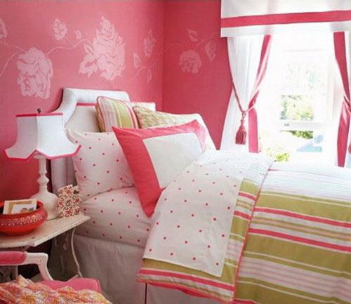 女生卧室装修效果图:甜蜜粉色的花朵壁纸与清新甜美的床品让整个