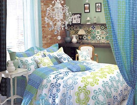 卧室家具摆放效果图:白色吊灯有提亮和挑高空间的感觉,挂在