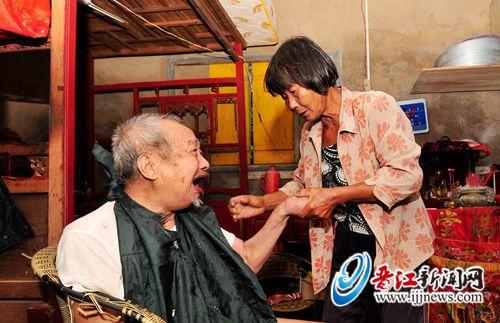 68岁老人中风瘫痪10年 老伴不离不弃