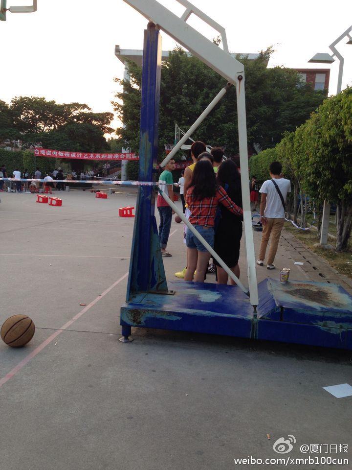 厦门某高校篮球场 发生汽车撞人事件致1死5伤