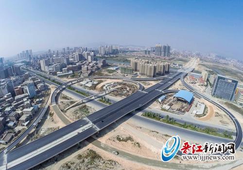 泉州晋江机场连接线施工现场已开始铺设沥青