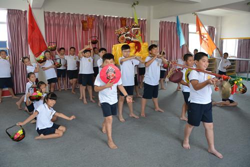 正文    晋江新闻网12月4日讯 前不久,记者走进安海养正中心小学舞蹈