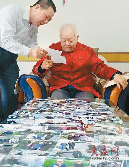 张启勇让父亲辨认照片上的老哥们-万余照片视频唤醒痴呆父亲 儿子儿图片