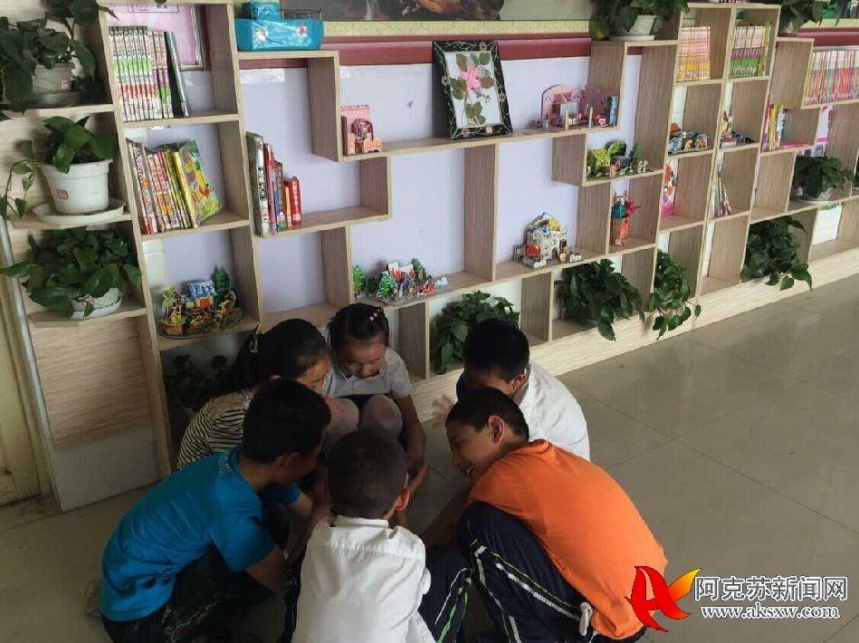 温宿县第二小学学生讨论制作手工制品方法