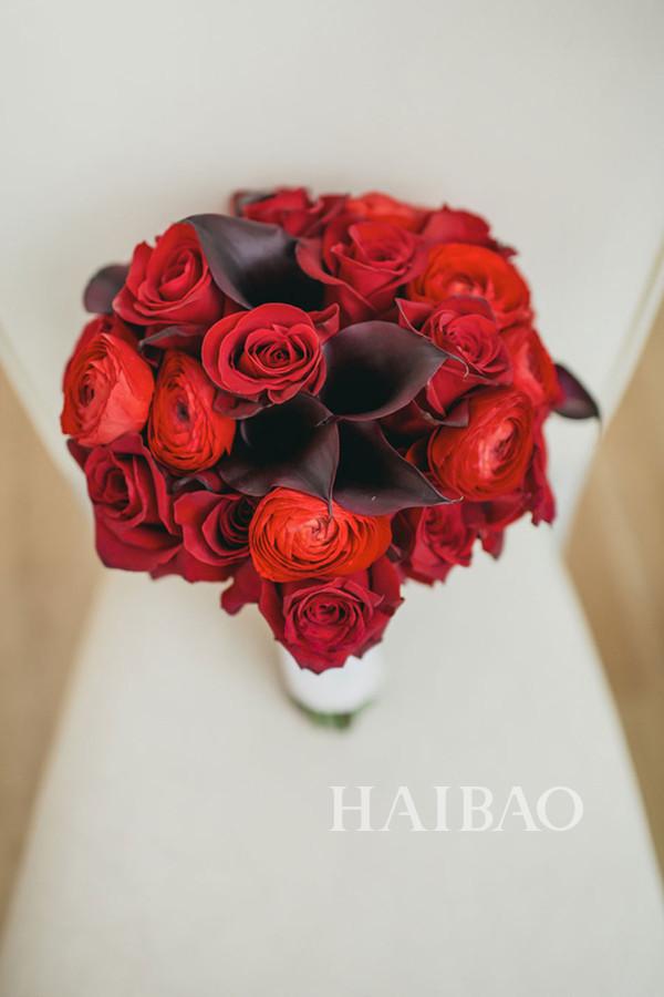 婚礼上新娘大多身着传统的白色婚纱,捧花的颜色也大抵是粉色、白色、鹅黄色等柔美的颜色,来增加婚礼的梦幻感觉。然而红色作为中国代表喜庆的颜色其实在婚礼上更能凸显新人的热情,那不如尝试一下红色的捧花吧,为西式的结婚典礼增加一份中国元素!