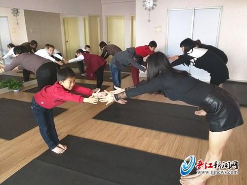安海西隅小学小记者和妈妈们一起来到瑜伽馆,体验亲子瑜伽,用一个又一