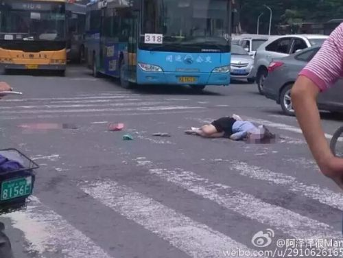 福州宝龙附近发生惨烈车祸!一女子当场被撞死—晋江