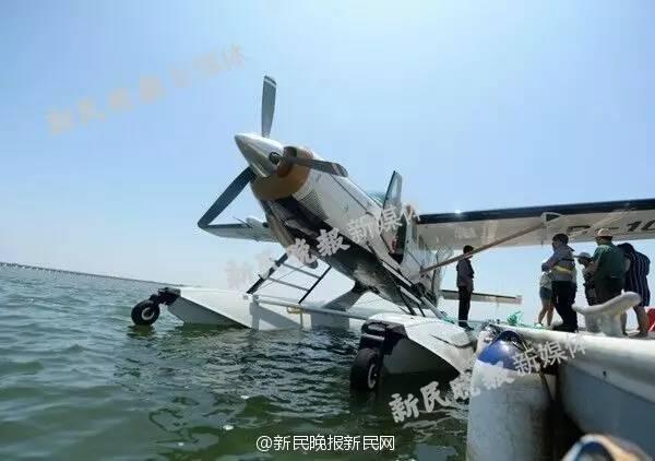 上海一水上飞机起飞后撞桥