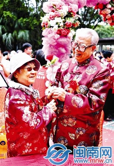 泉州丰泽社区73对老夫妻 昨迎浪漫集体婚礼