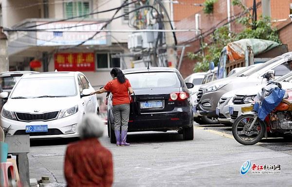 晋江市区部分停车位有人乱收费 交警:可拒付或报警