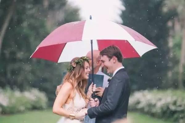 雨天限定的浪漫氛围 剧照般的唯美雨中婚紗