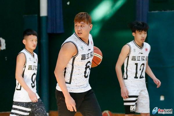 李荣培当陪练 晋江实验中学备战全国中学生篮球联赛
