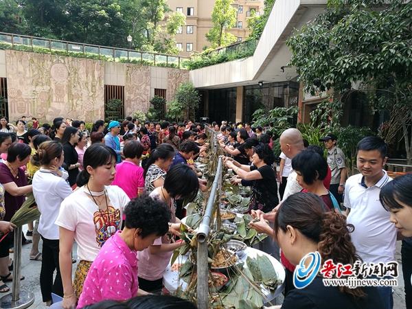 梅岭中奥名雅居小区包粽子比赛