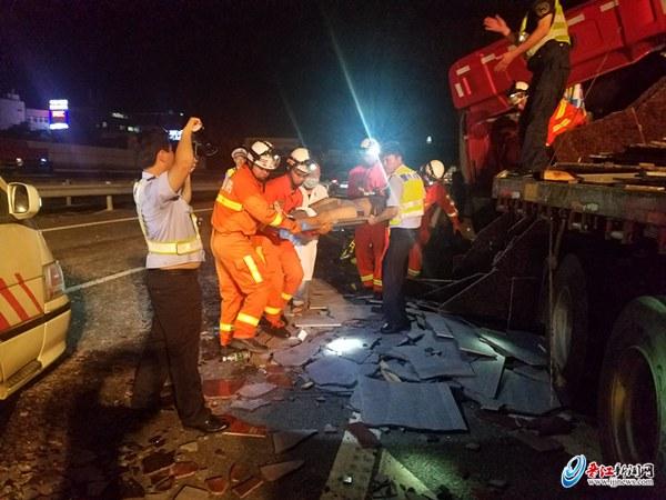 高速两货车追尾 消防破拆救出一人