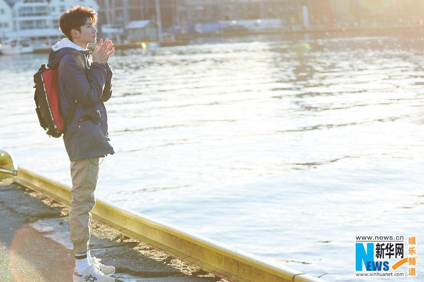 王源挪威拍摄 白雪皑皑尽显清朗少年气