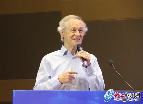 前IEEE固体电路协会主席、IEEE终身Fellow、比利时鲁汶大学教授Willy Sansen   在主题演讲环节,活动邀请了前IEEE(电气和电子工程师协会)固体电路协会主席、IEEE终身Fellow、比利时鲁汶大学教授Willy Sansen作题为《中外集成电路产业发展对比》的主题演讲。随后,亚太地区最知名的创业投资机构之一华登国际投资集团合伙人王林带来《中国半导体新格局及发展机会》的主题分享。   在高端对话环节,工信部人才交流中心教育培训处处长、专家办公室主任林恩雪,达腾创投董事总经理焦腾