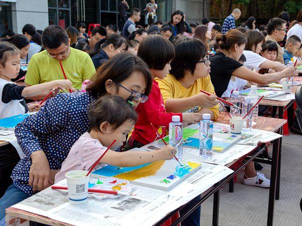 """""""多彩洪山""""艺术涂鸦 吸引600对亲子参加"""