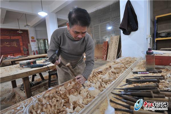 木雕匠人张连顺: 51年手绘万张雕花纸样