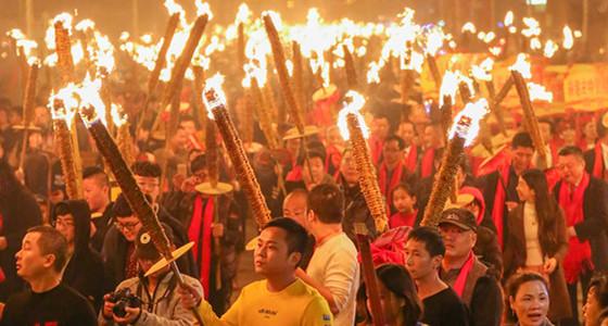 """传承300多年 万人巡游 永和山前""""火把""""昨晚再点燃"""