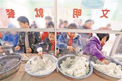 柳州投入1.4亿元 村里娃吃上免费午餐