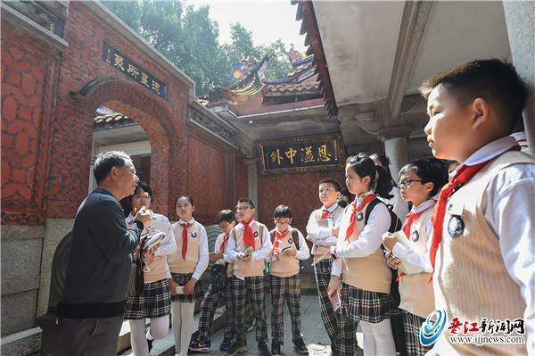 希信中心小學學生清明節前跟著文史專家了解鄉賢文化