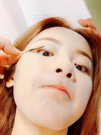 杨超越展独门�_口�f道化妆绝技 用木棍烫睫毛画面搞怪逗趣