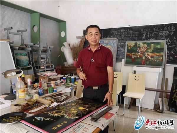 """内坑58岁杨桂林:守艺""""黑漆金画""""46年"""