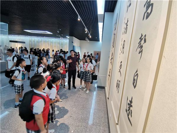 到博物馆 看黄鸿琼书法作品展