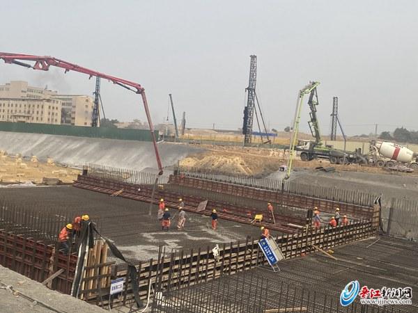 晋江市东部快速通道一期工程A2标项目主线隧道首段底板顺利浇筑完成