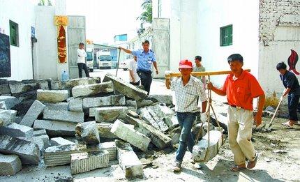 辞退工人不给工资 公司遭遇砌墙封门