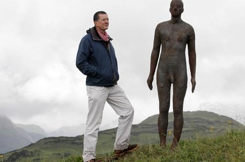 真人裸体下体_阿尔卑斯山立真人大小裸体塑像